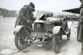 Aston-Martin-Gründer Lionel Martin auf der Rennstrecke Brooklands 1922.