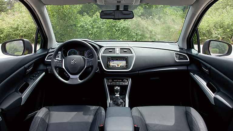 Der Suzuki SX4 S Cross Ist Ein Sportliches Fahrzeug Das Reichlich Platz Fur Fahrer Und Vier Beifahrer Sowie Einen Grossen Kofferraum Gepack Bietet