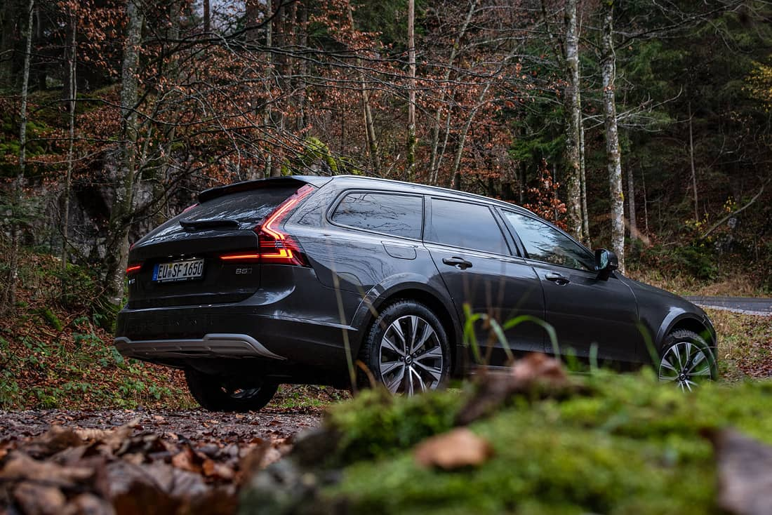 Volvo-V90-Cross-Country-Side-Wood