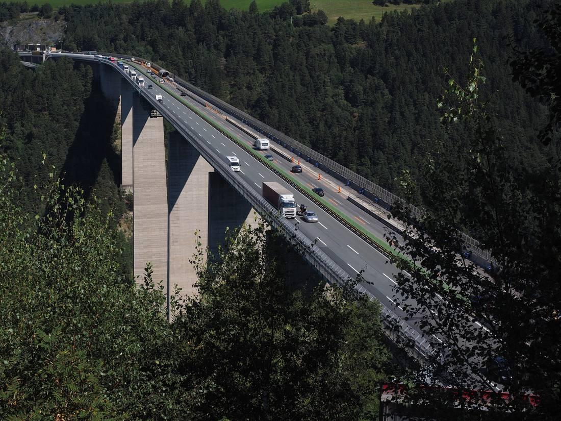 tirol sperrt landstraßen